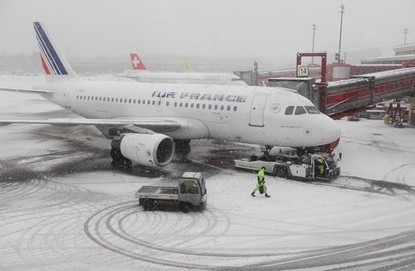 Европа скована небывалыми холодами. Германия, Берлин, аэропорт.  Фото:  Sean Gallup/Getty Images