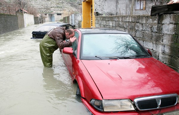 На Балканах бушует водная стихия. Албания, Шкодер. Фото: GENT SHKULLAKU/AFP/Getty Images