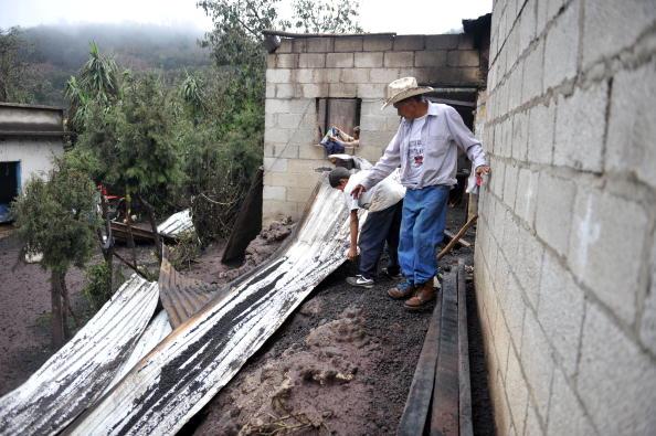 Активизировались вулканы в Эквадоре и Гватемале. Тысячи человек были вынуждены покинуть свои дома. Фото: JOHAN ORDONEZ/AFP/Getty Images