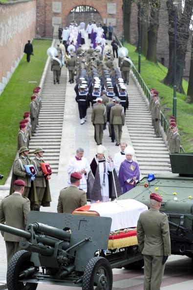 Похороны Леха Качиньского и его жены в замке Вавель, в Кракове. Фоторепортаж. Фото:JOHN MACDOUGALL/AFP/Getty Images