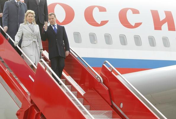 В аэропорту Осло Дмитрия Медведева с супругой Светланой Медведевой встречал норвежский наследный принц Хокон (Haakon) с гардемаринами.  Фото: Hakon Mosvold/AFP/Getty Images