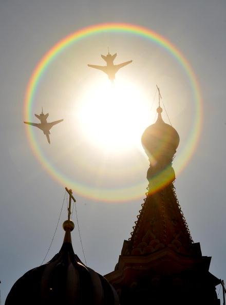 В воздушном параде 65-й годовщины Победы участвовало 127 самолетов и вертолетов.  Стратегические ракетоносцы Ту-160. Фоторепортаж. Фото: ALEXANDER NEMENOV/AFP/Getty Images