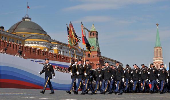 В военном параде 65-й годовщины Победы приняли участие 11 335 военнослужащих России. Фоторепортаж.  Фото: ALEXANDER NEMENOV/AFP/Getty Images