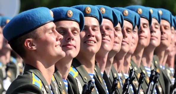 Военный парад 65-й годовщины Победы прошел на Красной площади в Москве. Фоторепортаж. Фото: YURI KADOBNOV/AFP/Getty Images