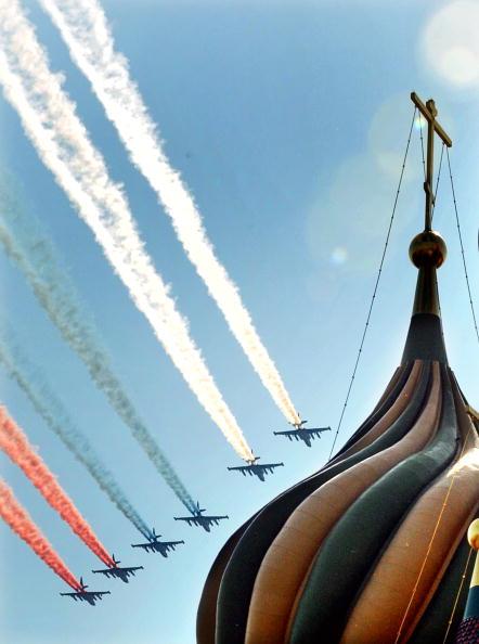 В воздушном параде 65-й годовщины Победы участвовало 127 самолетов и вертолетов, среди них шесть штурмовиков Су-25/ Фото: ALEXANDER NEMENOV/AFP/Getty Images