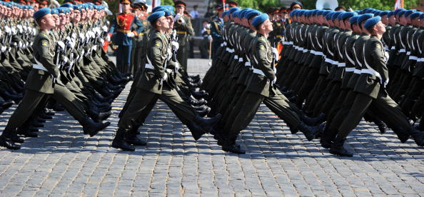 В военном параде 65-й годовщины Победы приняли участие 11 335 военнослужащих России. Фоторепортаж.  Фото: YURI KADOBNOV/AFP/Getty Images