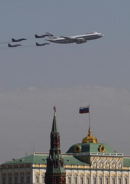 В воздушном параде 65-й годовщины Победы участвовало 127 самолетов и вертолетов. Ил-78. Фоторепортаж. Фото: ALEXANDER NEMENOV/AFP/Getty Images