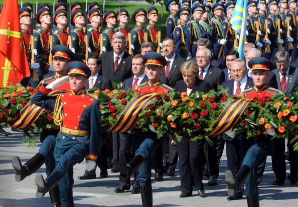 Военный парад 65-й годовщины Победы прошел на Красной площади в Москве. Фоторепортаж. Фото: NATALIA KOLESNIKOVA/AFP/Getty Images