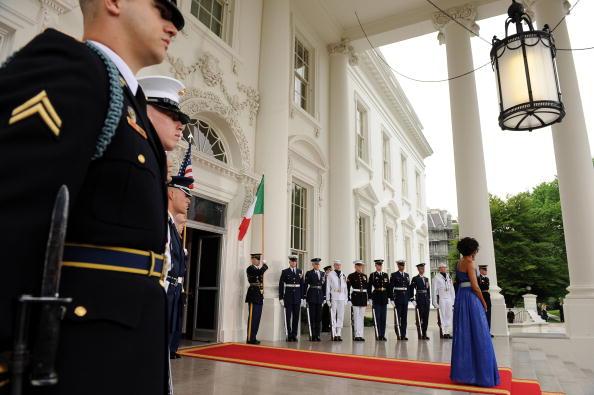 Президент США Барак Обама и первая леди страны Мишель Обама встречают мексиканского Президента Фелипе Кальдерона и его жену Маргэрит Зэвэлу в Белом доме. Фоторепортаж. Фото: Roger L. Wollenberg-Pool/Getty Images