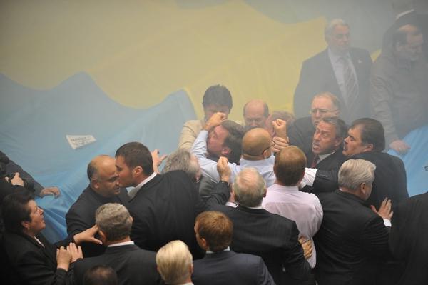 Верховная Рада Украины в дымовой завесе ратифицировала договор о ЧФ. Фторепортаж. Фото: SERGEI SUPINSKY/AFP/Getty Images