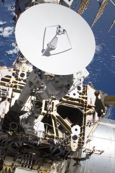 Астронавты Стивен Боуэн и Майкл Гуд  вышли в открытый космос из Международной космической станции. Фото:  NASA via Getty Images