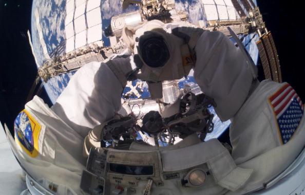 На снимке, переданном с Шаттла и опубликованном НАСА, «Атлантис» в момент его приближения к Международной космической станции для осуществления стыковки, которая произошла 16 мая 2010 г. Фото: NASA via Getty Images