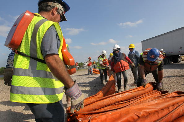 Купол для откачки нефти был следующим способом предупреждения разлива нефти на поверхности залива. Применяемые до этого методы не увенчались успехом. Фото: Justin E. Stumberg/U.S. Navy via Getty Images