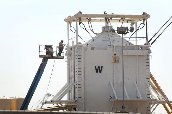 Купол для откачки нефти из поврежденной скважины погружен на дно Мексиканского залива. Фоторепортаж. Фото: Фото: Patrick Kelley/U.S. Coast Guard via Getty Images