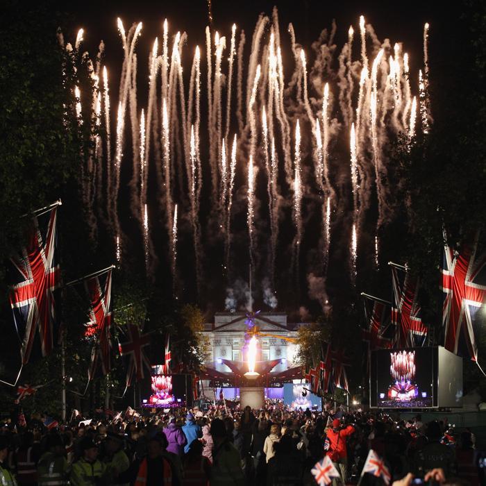 Праздничный  фейерверк над Букингемским дворцом в честь бриллиантового юбилея. Фото: Dan Kitwood/Getty Images