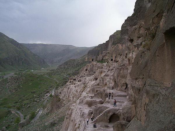 Пещерный город Вардзиа  в Грузии. Фото с сайта animalworld.com.ua