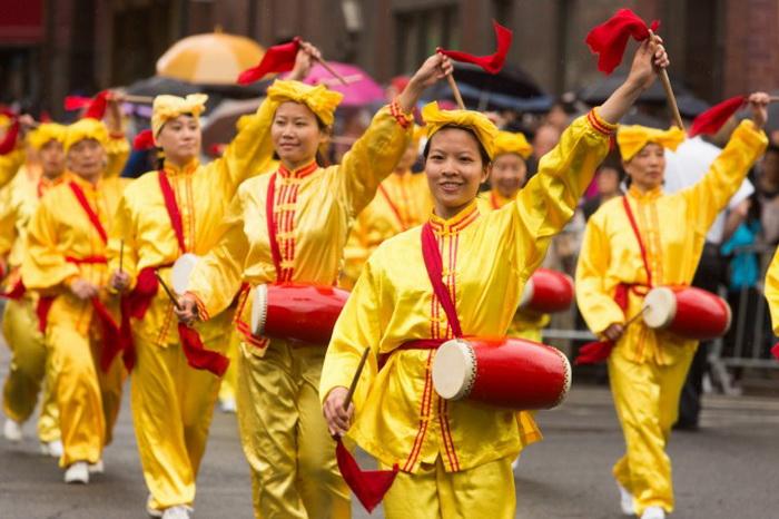 Китайские барабанщики на параде в китайском квартале Манхэттена, 18 мая. Фото: Matthias Kehrein/The Epoch Times