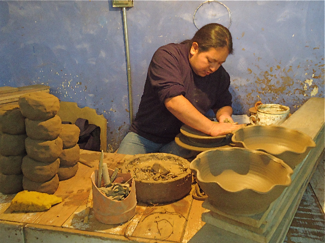 Формовка глиняной посуды. Фото: Сьюзен Джеймс