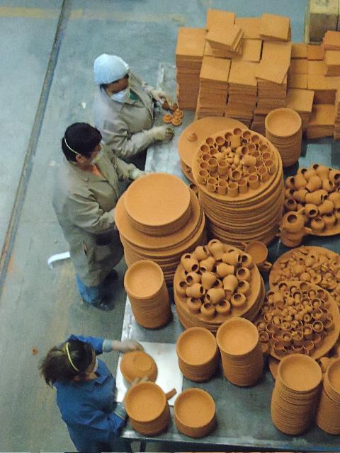 Тестирование глиняной посуды. Фото: Сьюзен Джеймс