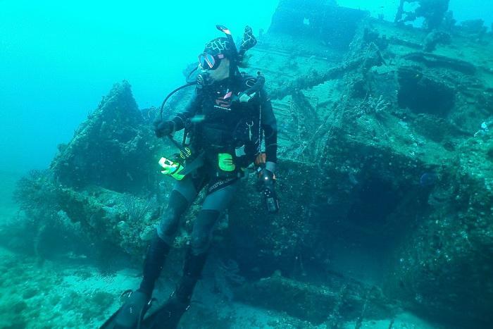 Аквалангист исследует затонувший корабль в районе Палм-Бич. Фото: John Christopher Fine