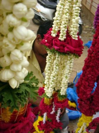 Гирлянды из жасмина и роз украшают лавку Шекхара. Цветы, как правило, используются для украшения домов и храмов во время праздников. Фото: Tarun Bhalla