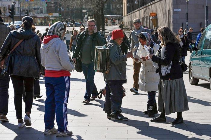 Русская последовательница разъясняет правду приезжим в Хельсинки о преследовании людей за свою веру в Китае. Фото: Хейкки Репонен