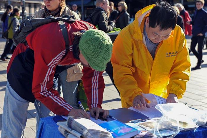 Многие подписывали «Петицию против репрессий сторонников Фалуньгун в Китае».Они поддерживали последователей Фалуньгун, которые прилагают все усилия, чтобы положить конец совершаемым в Китае злодеяниям. Фото: Хейкки Репонен