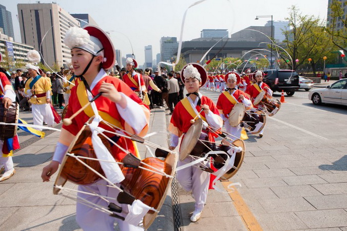 Барабанщики самульнори маршируют по площади Гванхамун. Фото: Джарод Холл/Великая Эпоха (The Epoch Times)