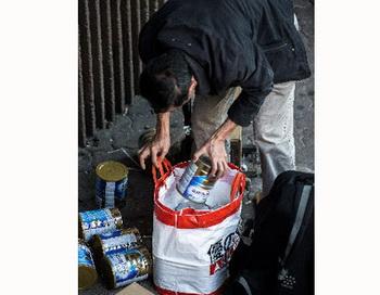 Пассажир на вокзале Гонконга пытается вывезти сухое молоко в Китай. Фото: Getty Images