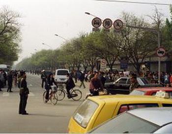 Китай. Последователи Фалуньгун стоят на тротуаре на западной стороне улицы Фую (фото опубликованы впервые)