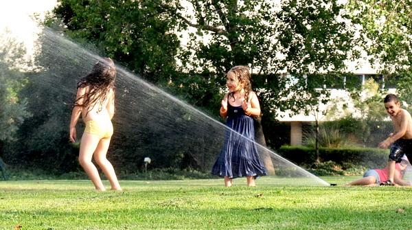 Детская непосредственность  жарким летом. Фото: Хава ТОР/Великая Эпоха