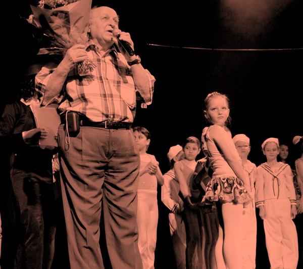 Геннадий Кориневский говорит слова благодарности Арине Белозор в заключительной части концерта.