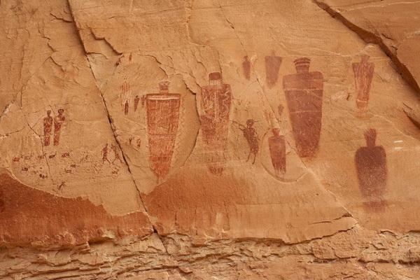 Наскальная живопись в Каньонлендсе. Самые ранние рисунки сделаны порядка 4 тысяч лет назад, более поздние около 1,5. Фото: Джейсон Сэмпсон