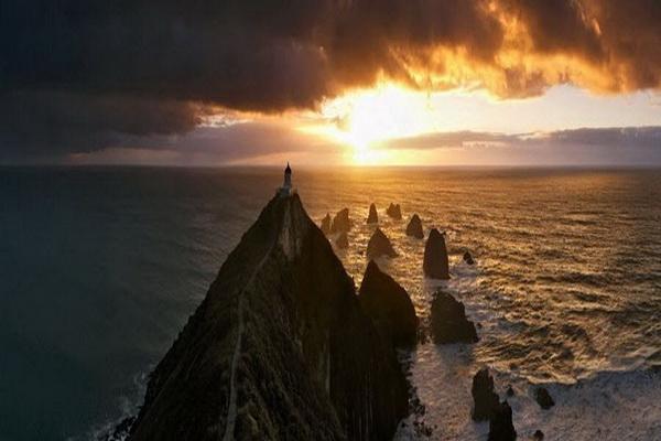 Киногеничный маяк в Новой Зеландии. Фото: Джейсон Сэмпсон