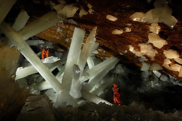 Согласно анализу взятых образцов, одним из главных условий появления подобных великанов-кристаллов является постоянное нахождение камеры в очень узком температурном диапазоне 55-60 градусов по Цельсию.