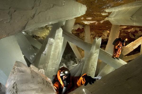 На сегодняшний день, несмотря на огромную научную и эстетическую ценность данных пещер для мирового сообщества, несколько кристаллов уже повреждены.  Фото с сайта bigpicture.ru
