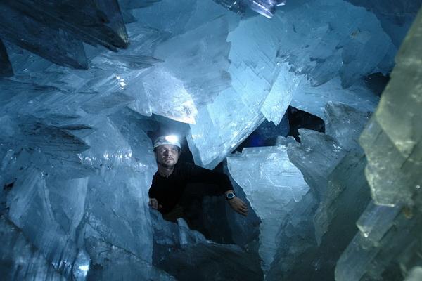 Неоднократные попытки отколоть куски кристаллов «на сувениры» или для контрабанды побудили владельцев компании установить железную дверь. Фото с сайта  bigpicture.ru