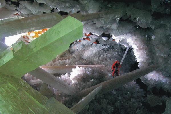 Селенитовые глыбы-кристаллы характерны своей параллельно-волокнистой структурой.  Фото с сайта  bigpicture.ru
