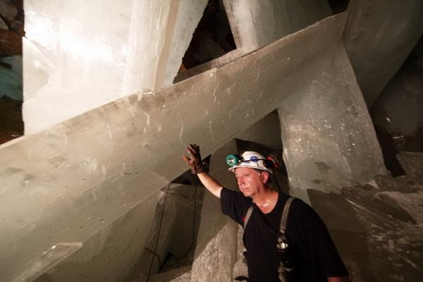 Если верить разработанной теории генетических механизмов образования подобных кристаллов, то весьма возможно, что в когда-то активных тектонических регионах нашей планеты есть такие же пещеры-залы с уникальными кристаллами.. Фото с сайта bigpicture.ru