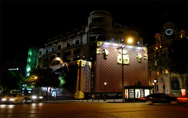Париж…! Как много в этом звуке…. Очень необычное здание на Елисейских полях (Champs-Elysees), являющихся самым известным проспектом французской столицы. Фото: dkphoto.livejournal.com