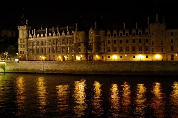 Париж…! Как много в этом звуке…. Набережная напротив Консьержери (Conciergerie) – один из прекраснейших уголков французской столицы.Фото: dkphoto.livejournal.com