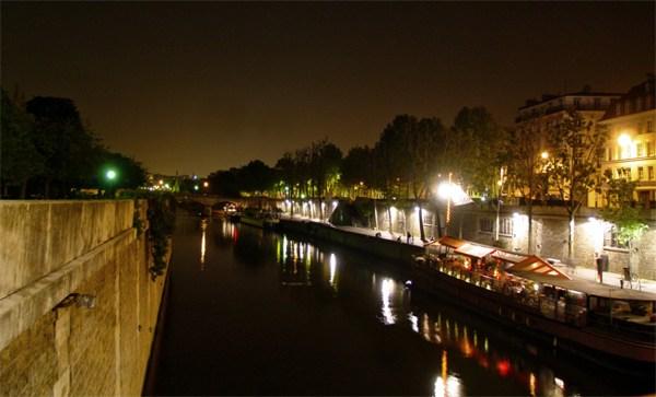 Париж…! Как много в этом звуке…. Набережная Монтебелло (Quai de Montebello). По левую руку находится Ситэ, справа – Латинский квартал.Фото: dkphoto.livejournal.com