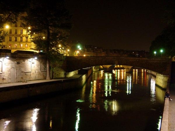 Париж…! Как много в этом звуке…. Малый мост (Petit Pont) является самым коротким в Париже мостом через Сену, его длина составляет всего-навсего 32 метра. Он соединяет остров Ситэ близ паперти собора Парижской Богоматери с Латинским кварталом на левом берегу Сены. И хотя современный облик он приобрел уже в XIX веке, исторически мост в этом стратегически и экономически важном месте был еще в те глухие времена, когда Париж назывался Лютецией.Фото: dkphoto.livejournal.com