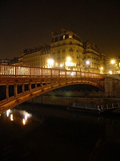 Париж…! Как много в этом звуке…. Лаконичный мост Pont au Double.Фото: dkphoto.livejournal.com