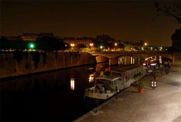 Париж…! Как много в этом звуке…. Мост Pont de lArcheveche, соединяющий восточную оконечность Ситэ с левым берегом.Фото: dkphoto.livejournal.com