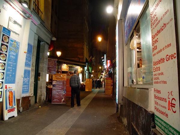 Париж…! Как много в этом звуке…. Но порой улочки Латинского квартала больше походят на коридоры.Фото: dkphoto.livejournal.com