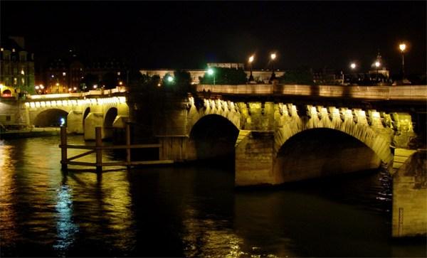 Париж…! Как много в этом звуке…. Новый мост (Pont Neuf) несмотря на название, является старейшим из сохранившихся мостов Парижа. Он соединяет западную часть острова Ситэ с обоими берегами Сены. Строительство моста началось в 1578 году еще в правление короля Генриха III, а завершилось при его преемнике – знаменитом Генрихе IV (Наваррском) в 1606 году. Проект был разработан выдающимся французским архитектором XVI столетия Андруэ дю Серсо.Фото: dkphoto.livejournal.com