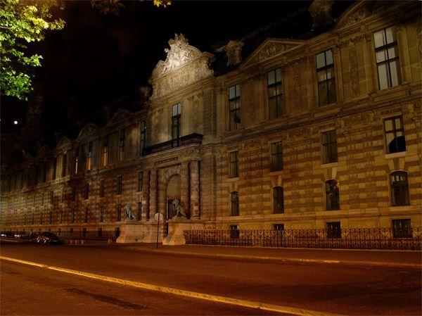 Париж…! Как много в этом звуке…. Южный фасад Лувра (Louvre). Сейчас это всемирно знаменитый музей, раньше он являлся королевским дворцом, а еще раньше (с конца XII века) на этом месте стояла крепость, защищающая Париж с западной стороны.Фото: dkphoto.livejournal.com