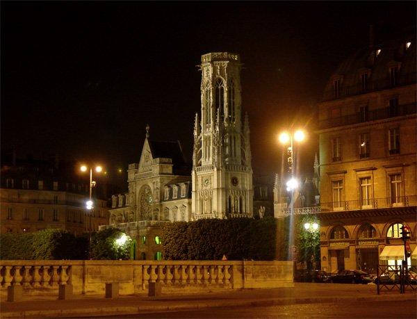 Париж…! Как много в этом звуке…. Печально известная церковь Сен-Жермен Л'Оксеруа (Saint-Germain-L'Auxerrois). Именно отсюда в ночь на 24 августа 1572 года ударом колокола был подан сигнал к началу кровавой Варфоломеевской ночи, когда в Париже католиками коварно после официально заключенного перемирия было убито множество гугенотов, включая их высших предводителей. По разным оценкам число жертв этой резни составило от трех до десяти тысяч человек.Фото: dkphoto.livejournal.com