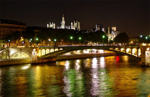 Париж…! Как много в этом звуке…. За линией деревьев вдоль набережной Сены сияет огнями кровля мэрии на Ратушной площади (Place de L'Hotel-de-Ville).Фото: dkphoto.livejournal.com